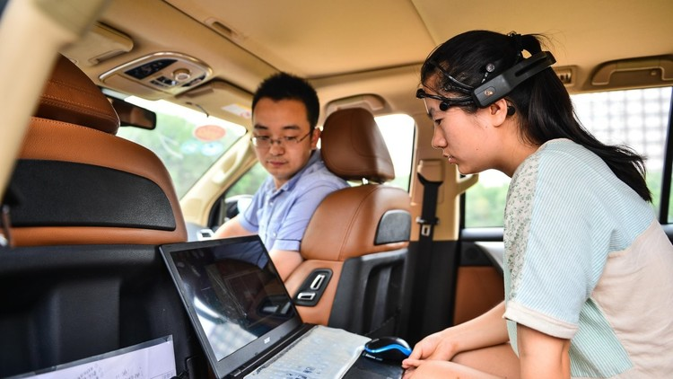باحثون يطورون تقنية للتحكم في السيارات من خلال الدماغ فقط