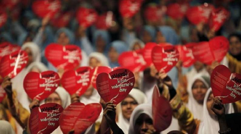 """مسؤولون وعلماء دين إندونيسيون يحظرون الاحتفال بـ""""عيد الحب"""""""