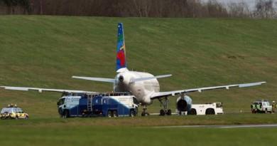 طائرة تنحرف عن مدرج الهبوط بمطار بريطاني