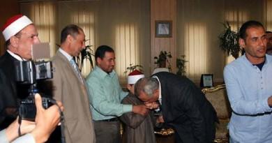 محافظ الشرقيه يقبل يد طفل كفيف يحفظ القرأن