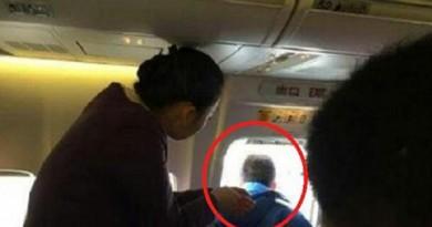 """مسافر صيني يفتح باب الطائرة """"ليتنفس"""""""