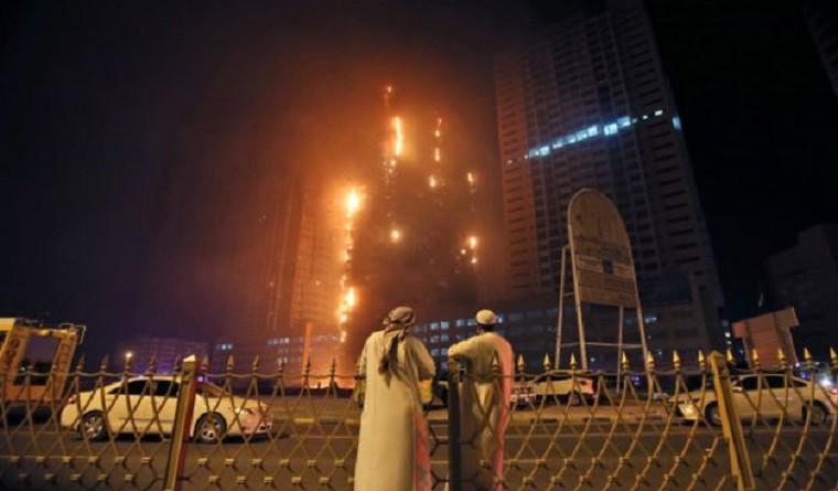 حريق هائل في برجيين سكنيين في عجمان بالإمارات