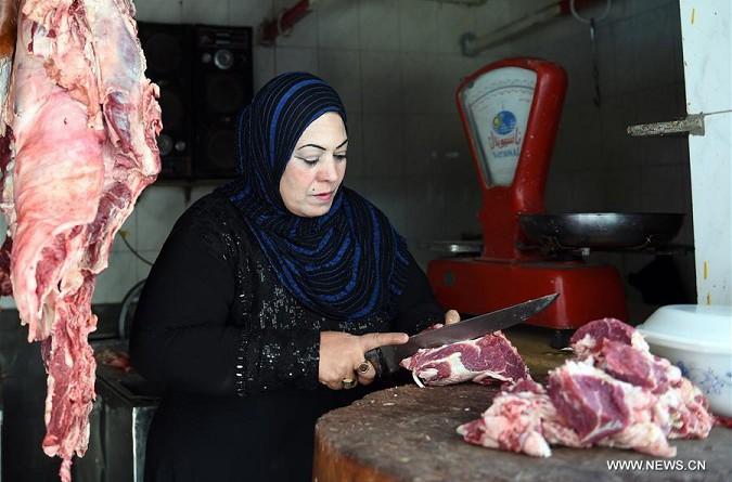المرأة المصرية تناضل للتغلب على أحوالها المعيشية الصعبة وتقتحم مهن الرجال