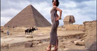 الجمال الإيطالي والروح المصرية في جلسة تصوير من التسعينيات (صور)