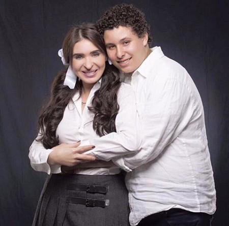 دينا في جلسة تصوير مع ابنها (صور)