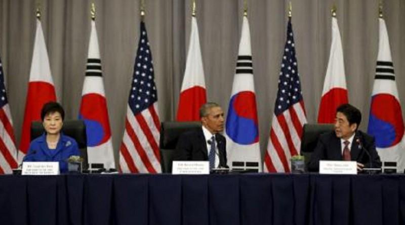الرئيس الأمريكي باراك أوباما (في المنتصف) وإلى يمينه رئيس الوزراء الياباني شينزو ابي وإلى يساره رئيسة كوريا الجنوبية باك جون هاي خلال اجتماع قمة في واشنطن