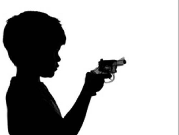 طفل يصيب أمه بالرصاص