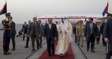 ولي عهد أبوظبي الشيخ محمد بن زايد لدى وصوله مطار القاهرة حيث استقبله الرئيس المصري عبد الفتاح السيسي.
