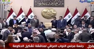 معتصمو البرلمان العراقي يرشقون العبادي بزجاجات المياه