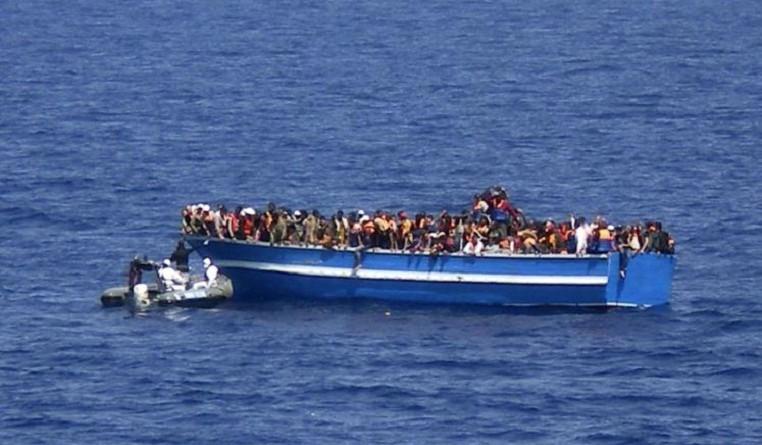 إيطاليا.. وصول مئات اللاجئين بقارب قادم من مصر