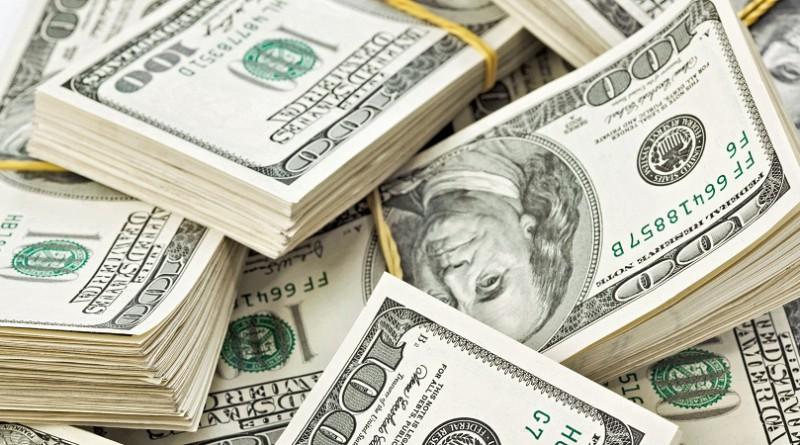 الدولار يرتفع بدعم من هبوط أسعار السلع الأولية