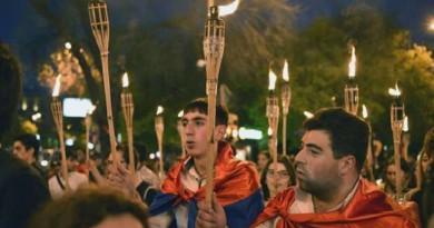 """""""في ذكري المذبحة"""".. متظاهرون أرمينيون يضرمون النار في العلمين التركي والأذربيجاني"""