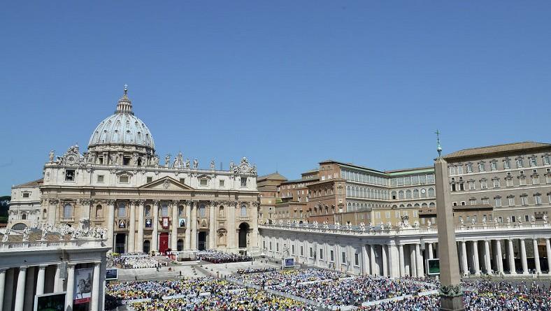 بابا الفاتيكان يدرس منح المرأة دورا أكبر بالكنيسة