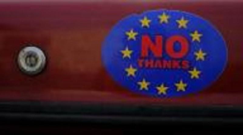 ملصق على سيارة في ويلز يدعو المواطنين إلى الموافقة على خروج بريطانيا من الاتحاد الأوروبي في صورة بتاريخ 4 أبريل نيسان 2016. تصوير: فيل نوبل - رويترز.