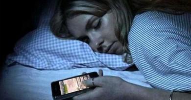 طبيب يحذر من استخدام الهاتف النقال قبيل النوم!