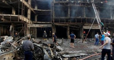 أشخاص يتجمعون في موقع تفجير انتحاري في حي الكرادة ببغداد