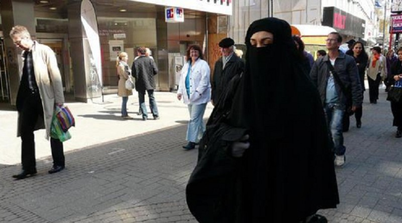 وزير الداخلية الألماني يطالب بمنع النقاب جزئيًا