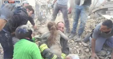 بعد 17 ساعة.. انتشال طفلة من تحت أنقاض زلزال إيطاليا