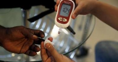 دراسة: الوقوف قليلًا أو الحركة يخفضان السكر بالدم