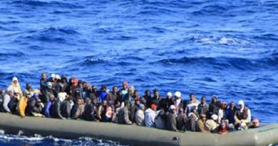 السلطات اليونانية تنقذ 50 مهاجرًا من الموت غرقًا قبالة سواحلها الغربية