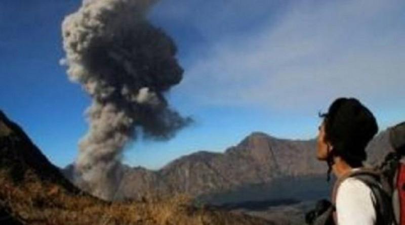 إجلاء 400 سائح بعد ثوران بركان في إندونيسيا