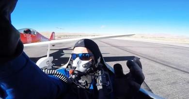 بالفيديو ..طيار ينجو من الموت بأعجوبة