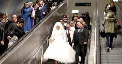 أول زواج من نوعه في مترو أنفاق إسطنبول بعد صدور قواعد تسمح بذلك