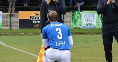 بالفيديو: لاعب يطلب الزواج من حكم المباراة