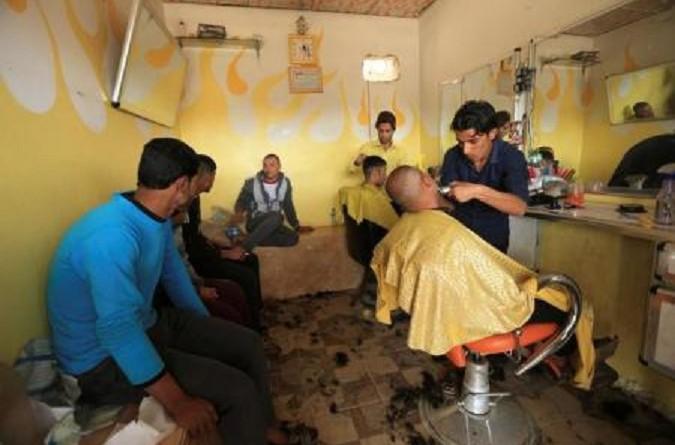 تحقيق-محل للحلاقة يعج بالزبائن وجثث في الشوارع مع تراجع داعش في الموصل