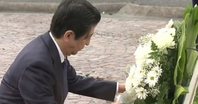 Japanese prime minister lays wreaths at Hawaii cemeteries