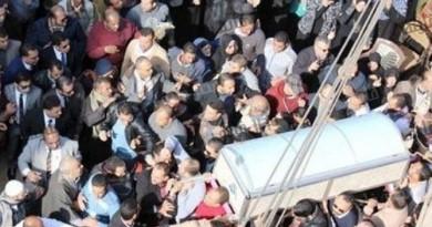 """اثناء تشيع الجثمان : والد المستشار وائل شلبي يقول """" اللهم انتقم"""" والأهالى يهتفون """"لا الله الا الله الشهيد حبيب الله"""""""