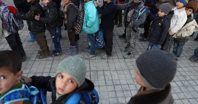في سوريا.. البرد يجبر طلابا على أخذ أغطيتهم للدفء في المدرسة