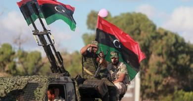قوات حفتر تشن هجوما على قاعدة جوية وسط ليبيا واشتباكات في طرابلس