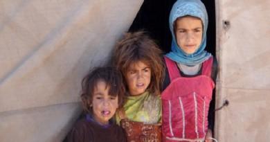 الجوع يدفع مئات الأطفال اليمنيين إلى الشارع للتسوّل