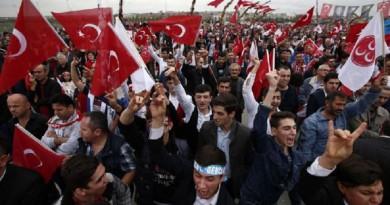 وكالة: متظاهرون أتراك ينزعون علم هولندا من فوق سفارتها بإسطنبول