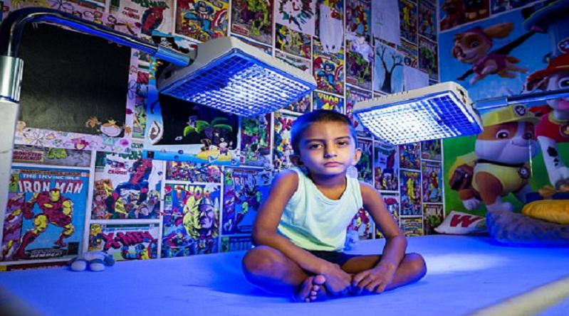 الضوء الأزرق يجبر طفل البقاء تحته للحفاظ على حياته