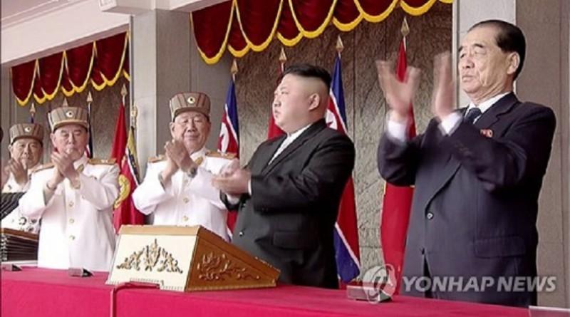 الزعيم الكوري الشمالي يشهد العرض العسكري