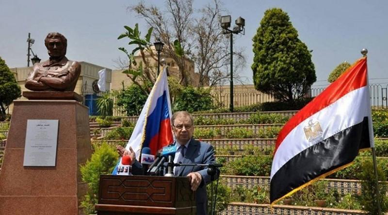 """السفير الروسي بالقاهرة يدشن تمثال """"بوشكين"""" في """"حديقة الحرية"""""""