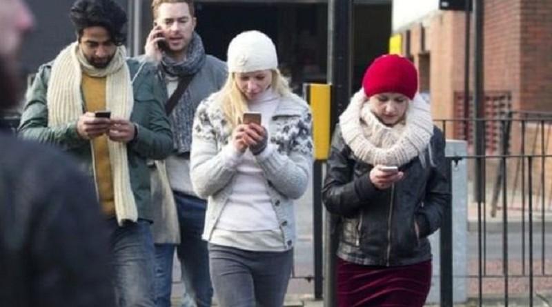 """الهواتف الذكية """"سبب رئيسي"""" في ارتفاع الوفيات جراء حوادث الطرق"""