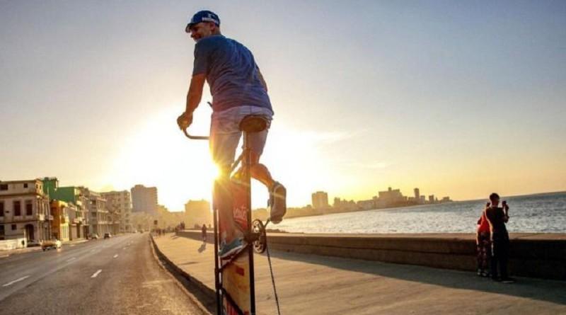 كوبي يصنع أطول دراجة في العالم تصل لعشرة أمتار