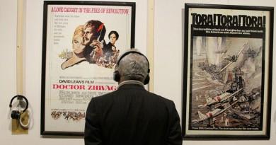 """ملصقُ فيلم """"الدكتور جيفاجو"""" بطولة الفنان """"عمرالشريف"""" ضمن ملصقات السينما العالمية في جالري """"آس"""" في إيران"""