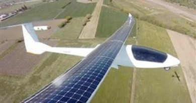 نجاح تجربة تحليق أول طائرة تعمل بالطاقة الشمسية