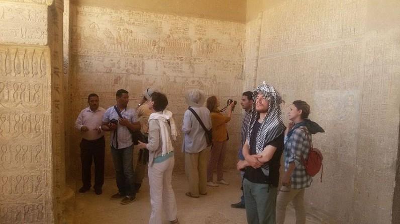 بعثة جامعة القاهرة تكتشف مقبرة أثرية في المنيا