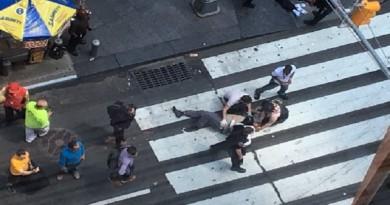 سيارة مسرعة تدهس المارة على ممشى في تايمز سكوير بنيويورك