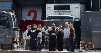 اتهام 11 شخصا في وفاة 71 مهاجرا داخل شاحنة بالنمسا عام 2015