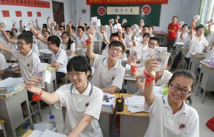 طلاب صينيون يحتفلون ببداية العام الدراسي
