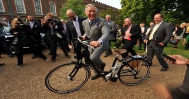 """الأمير شارلز يركب دراجة كهربائية خلال بدء عرض حديقة ومطعم في """"كلارينس هاوس"""" في وسط العاصمة لندن، إنجلترا"""