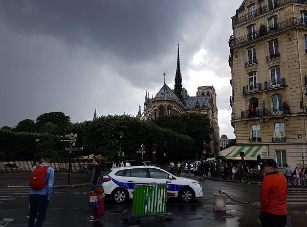 شرطة باريس تعلن سيطرتها على الوضع بعد الاعتداء قرب كاتدرائية نوتردام