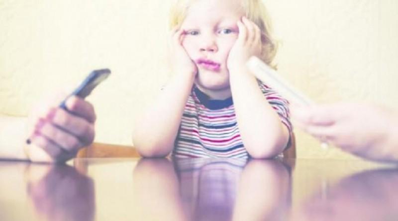 سوء سلوك الأبناء قد يكون بسبب إدمان الوالدين للتكنولوجيا