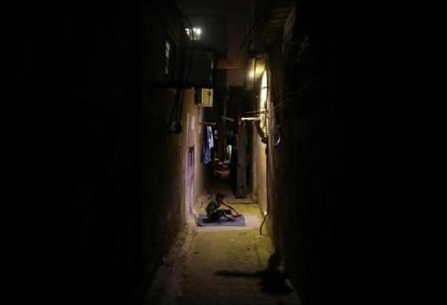 أهل غزة يكابدون للتغلب على الحر الشديد في ظل أزمة الكهرباء